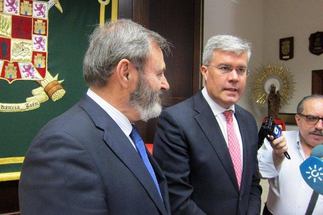 José Enrique Fernández de Moya, junto a Juan Lillo, atiende a los periodistas.