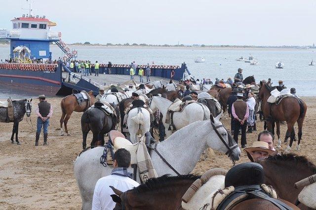 Caballos subiendo a una barcaza en Bajo de Guía.