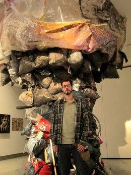 Germán Francés antes un 'hongo' de basura en la Sala de Exposiciones del Calderó