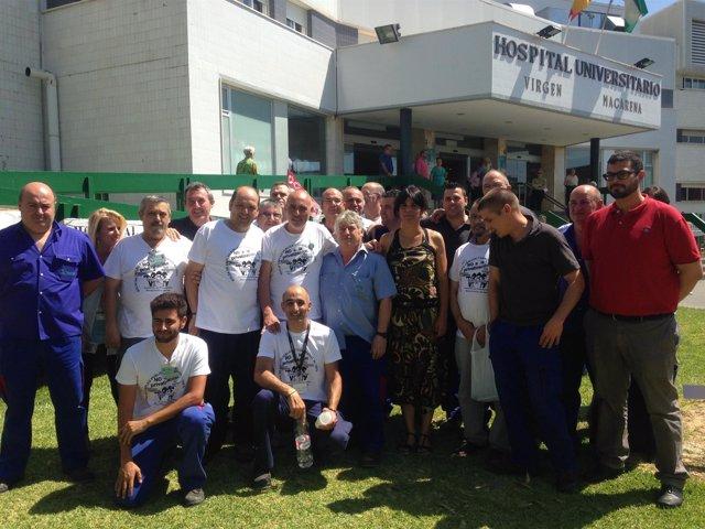 Teresa Rodríguez con los trabajadores de mantenimiento del Hospital Macarena