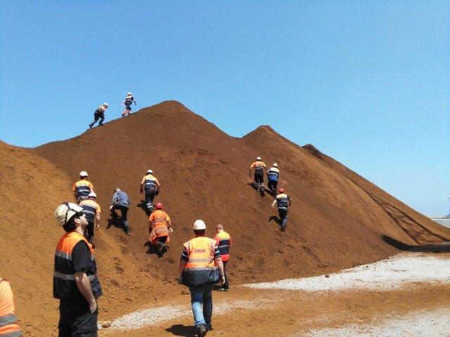 Bloqueo a la descarga de mineral de hierro y la salida de camiones de El Musel