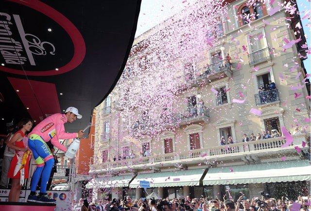 Alberto Contador con la maglia rosa en el Giro