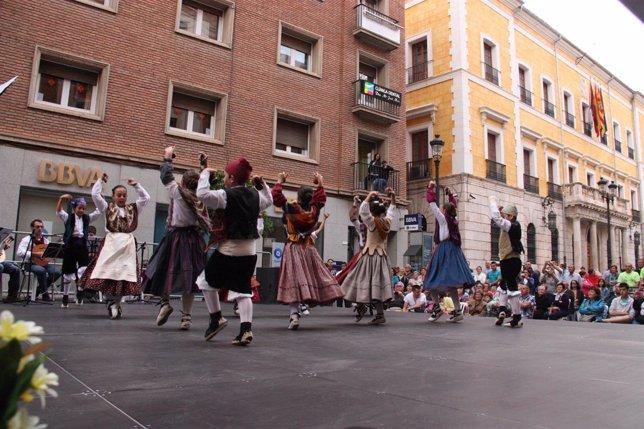Actuación de los alumnos en la Plaza de la Catedral de Teruel