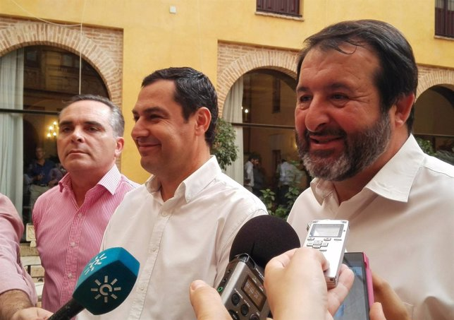 Juanma Moreno atiende a los medios en Carmona