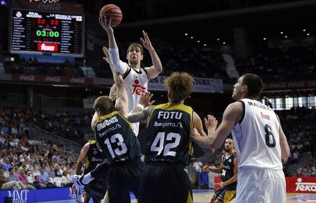 Andrés Nocioni jugando contra el Manresa