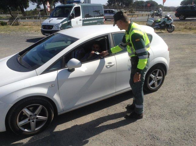 Un guardia civil en un control de alcoholemia.