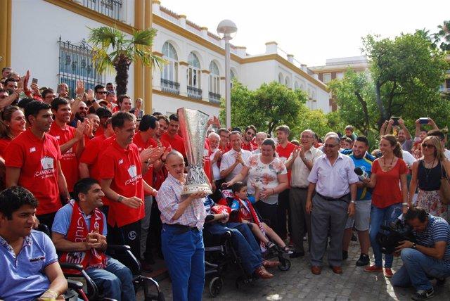 El Sevilla FC lleva el trofeo de la Europa League a San Juan de Dios