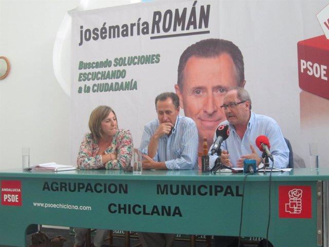 García y Cornejo, en los extremos de la mesa, con José María Román en el centro