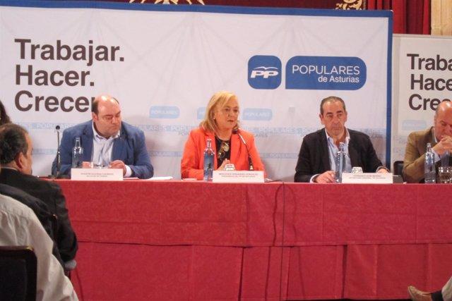 Mercedes Fernández, con Agustín Iglesias Caunedo  a su derecha
