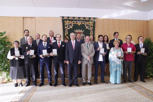 Durán y Rodríguez Villalobos con los premiados en el Día de la Provincia