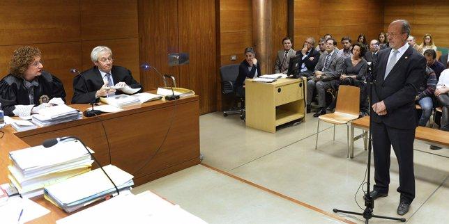 León de la Riva en los tribunales por un juicio por desobediencia.