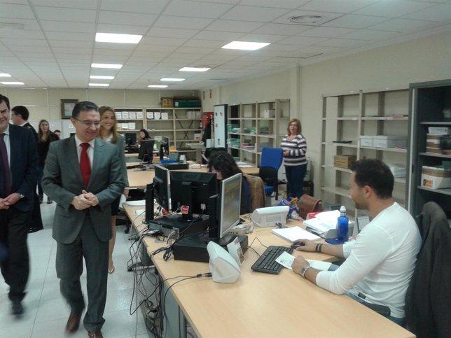 Serafín Castellano en su visita a la Oficina de Extranjería de Alicante