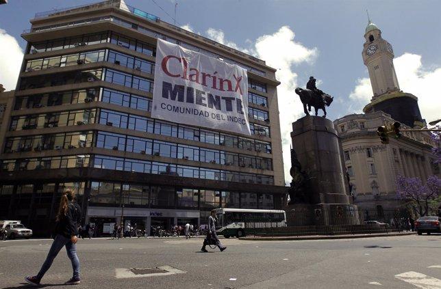 Cartel contra el grupo mediático Clarín en Buenos Aires
