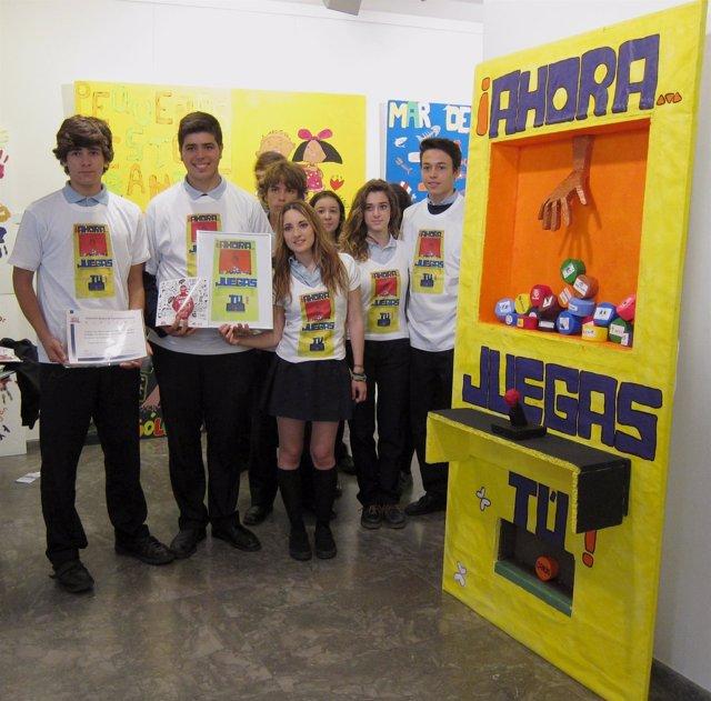 Los alumnos ganadores, con su proyecto