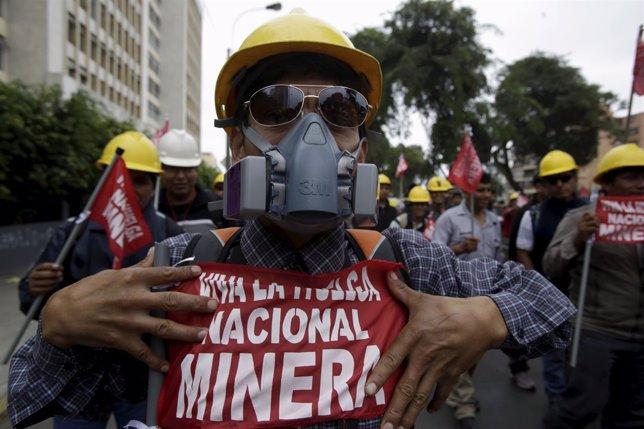 Un minero protesta en una huelga en Lima