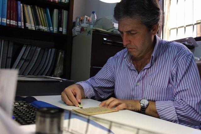 Juan Pedro Monferrer trabaja con la hoja recuperada