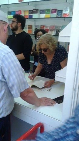 Manuela Carmena, firmando libros en el Retiro