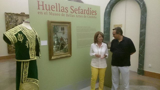 La delegada y el director del Museo junto al traje de novia sefardí