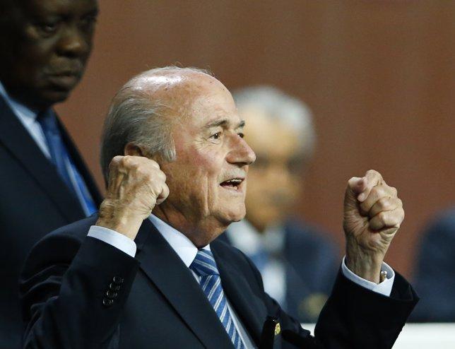 Blatter celebra su reelección como presidente de la FIFA