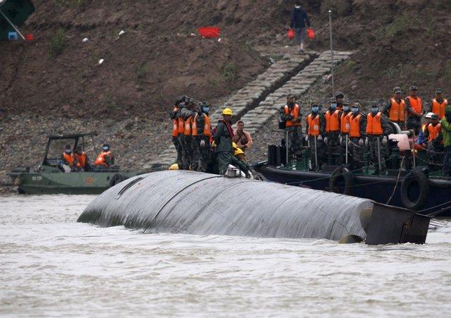 Labores ed rescate del crucero chino naufragado en el río Yangtze