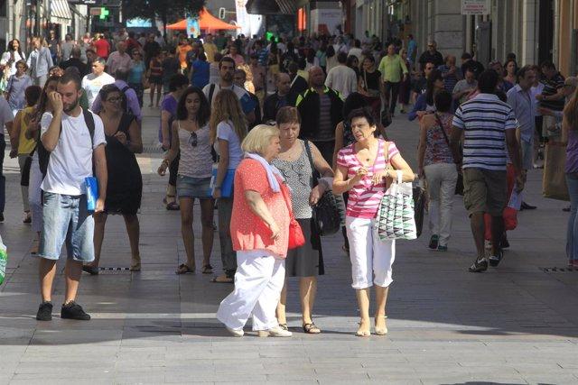Gente comprando por el centro de Madrid