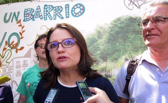 La candidata de Compromís, Mónica Oltra, atiende a los medios con Ribó.