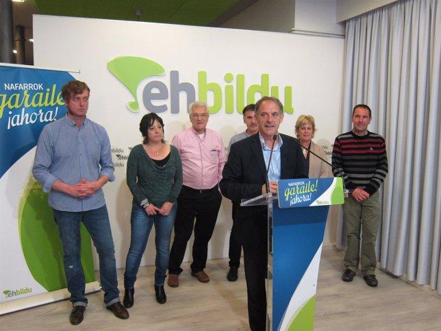 Adolfo Araiz y varios candidatos de EH Bildu.