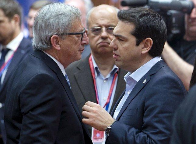Tsipras negocia con Juncker y Dijssebloem desbloquear el rescate