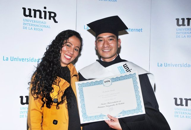 Estudiante colombiano recibe diplomatura UNIR