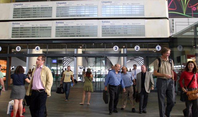 Pasajeros en la estación de Santa Justa en Sevilla
