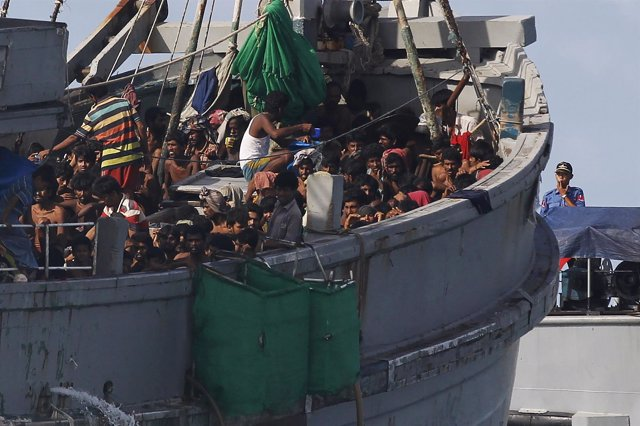 Pesquero con 727 inmigrantes a bordo remolcado a Birmania