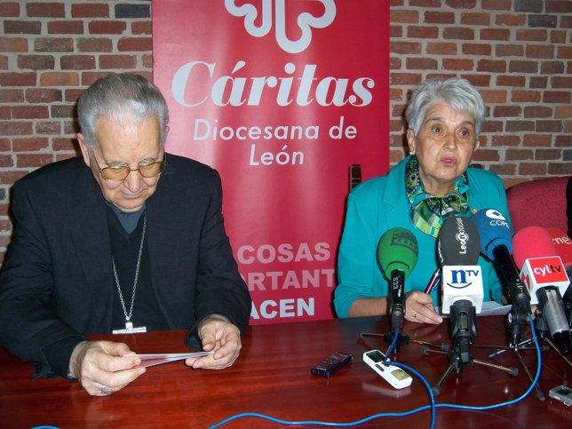 El obispo de León (I) y la directora de Cáritas