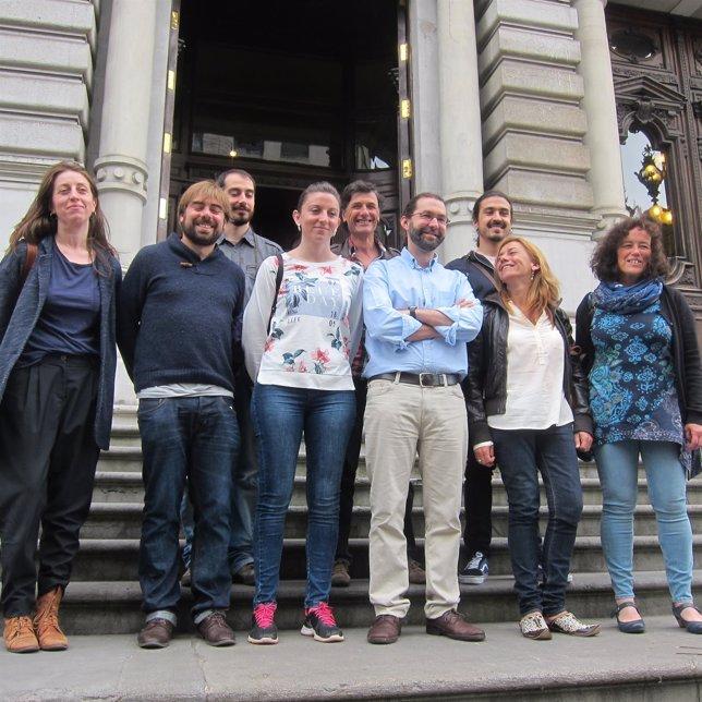 Diputados de Podemos en las escaleras de la Junta General