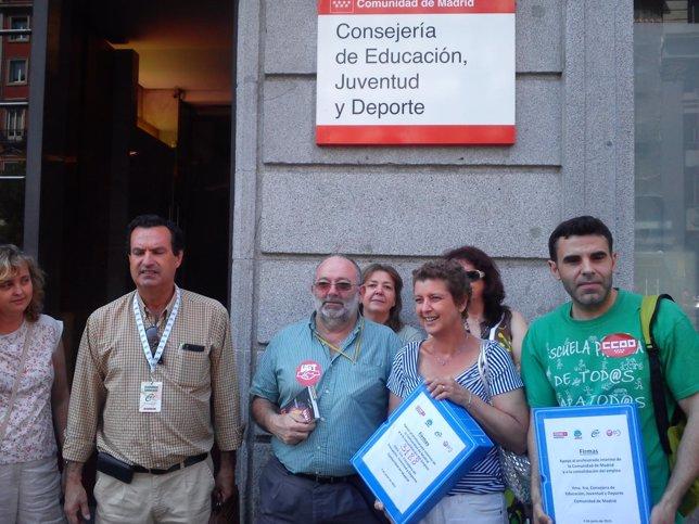 Representantes sindicales con las firmas