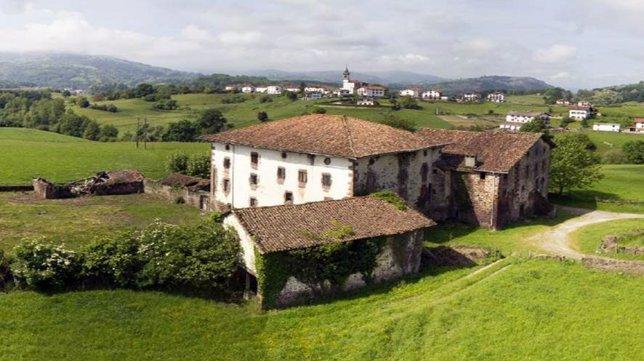 Vista del Palacio de Arozteguía (Baztan) y su entorno.