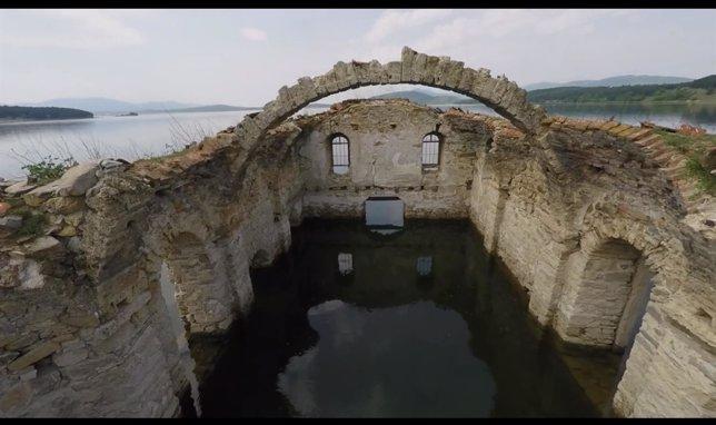 Restos de una iglesia semisumergida en Bulgaria