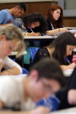 Imagen de los alumnos examinándose de selectividad