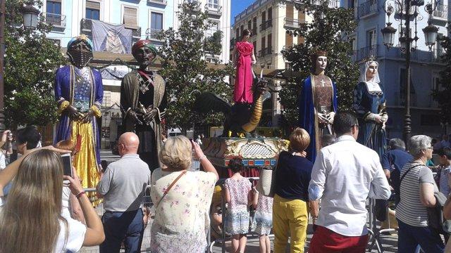 Gran expectación en Granada ante la Tarasca y los cabezudos.