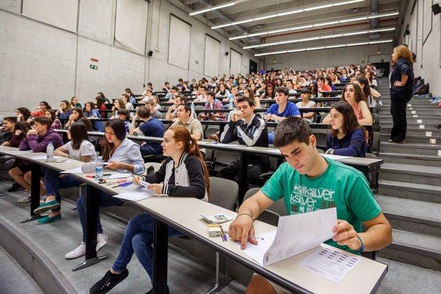 Estudiantes antes de iniciarse la prueba en el Aula 09.