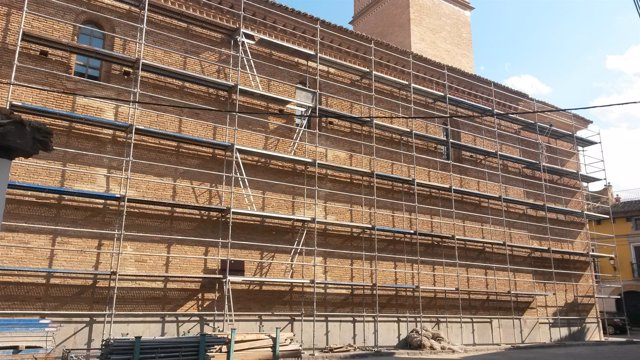 Obras en la fachada noroeste de la Iglesia de Longares