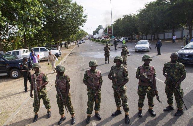 Soldiers cordon Militares nigerianos patrullando