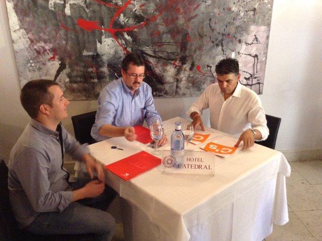 Esteban (IU) y Cazorla (C's) en su primer contacto tras las elecciones