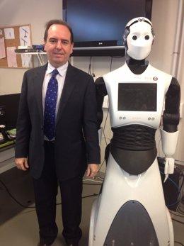 Ferrández con el humanoide que da la bienvenida a los asistentes al Congreso