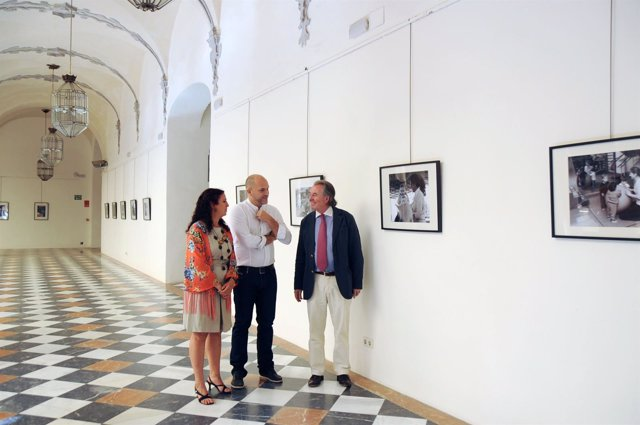 Gutiérrez (dcha.) junto al autor y la presidenta de Acpacys, en la exposición