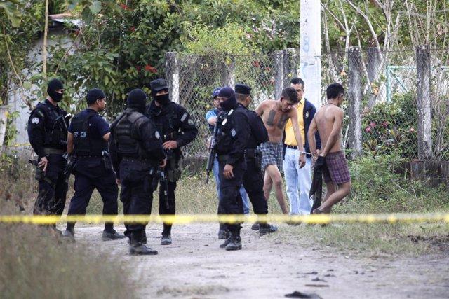 Detención de pandilleros de la Mara 18 en El Salvador