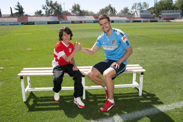 Gabi charlando con un miembro de las categorías inferiores del Atlético