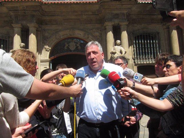 Joseba Asiron frente el Ayuntamiento de Pamplona.