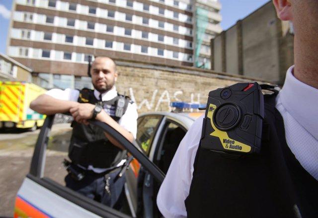 Agentes de la Policía Metropolitana de Londres con cámaras corporales