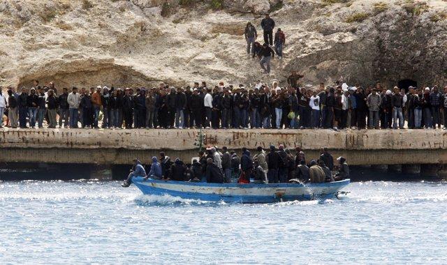 Inmigrantes En La Isla De Lampedusa (Italia)