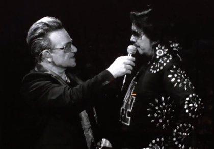 Vídeo: Bono canta con un imitador de Elvis Presley durante un concierto de U2